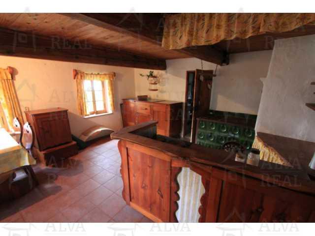 ?=Pohled na kuchyni s krásnými kachlovými kamny - (9019536)