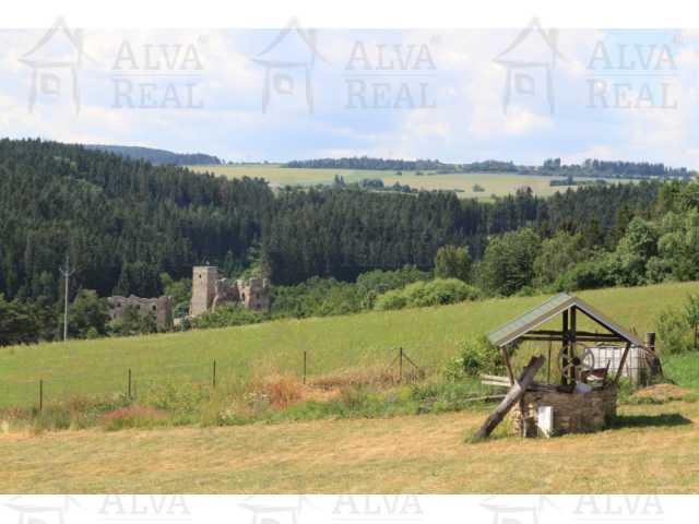 ?=Nedaleko vzdálená zøícenina hradu poskytuje jednu z dal¹ích náv¹tìv okoli - (9019543)